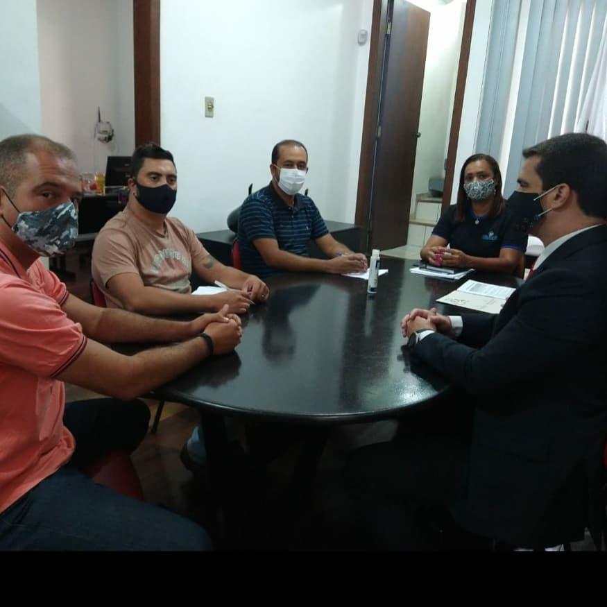 pessoas na mesa de reunião