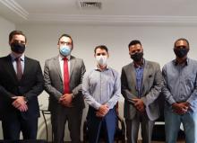 pessoas reunidas de máscara